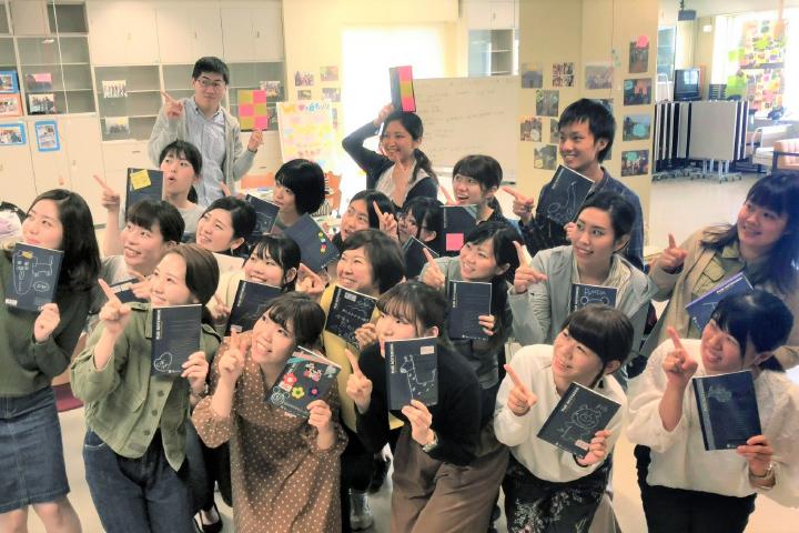 指差しする学生の写真